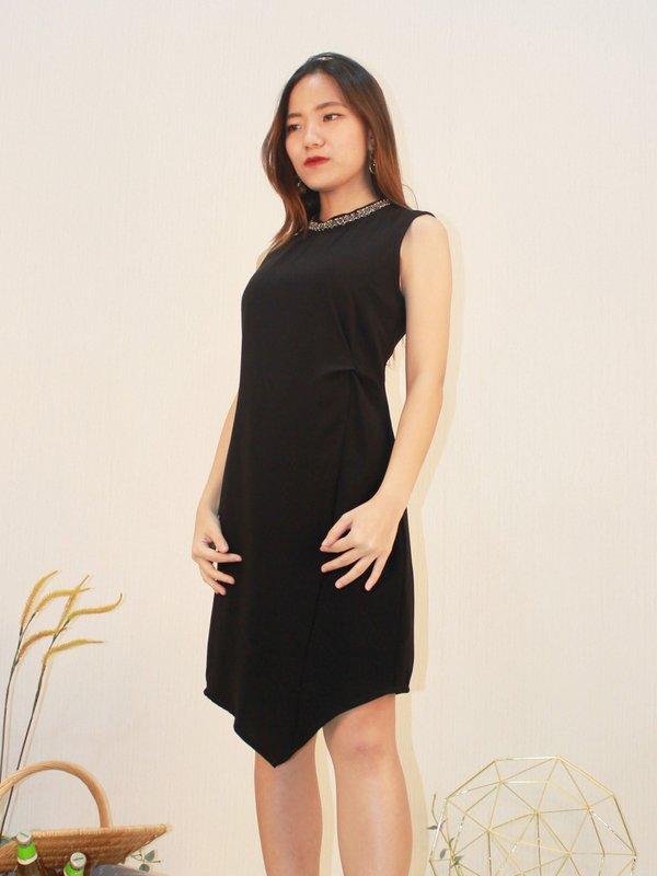 ROUND NECK SLEEVELESS V DRESS (BLACK)